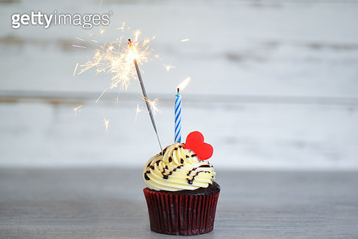 Cupcakes on a cake stand with sparklers ,Cupcakes for Valentine's Day - gettyimageskorea