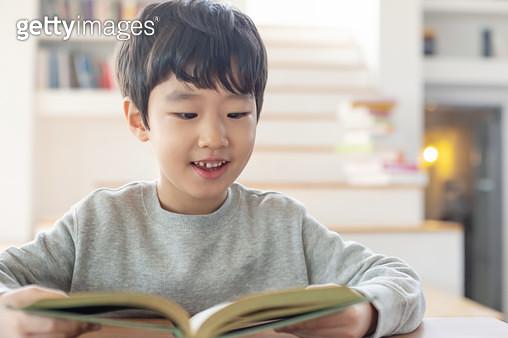 책을 보는 어린이 - gettyimageskorea