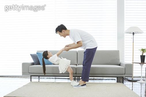 발 위에 어린딸을 올려놓고 춤을 추는 아빠 - gettyimageskorea