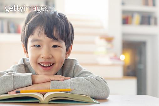 책을보는 어린이 - gettyimageskorea