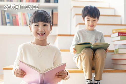 책을 보는 어린이들 - gettyimageskorea