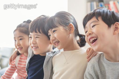 어깨동무를 한 어린이들 - gettyimageskorea