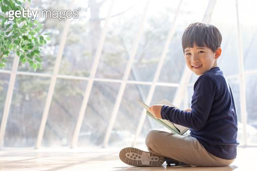 책보는 남자 어린이 - gettyimageskorea