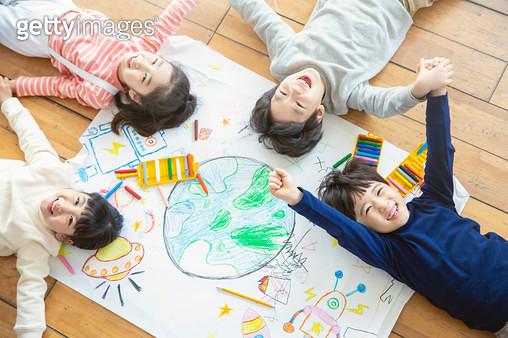 그림을 들고 있는 어린이들 - gettyimageskorea