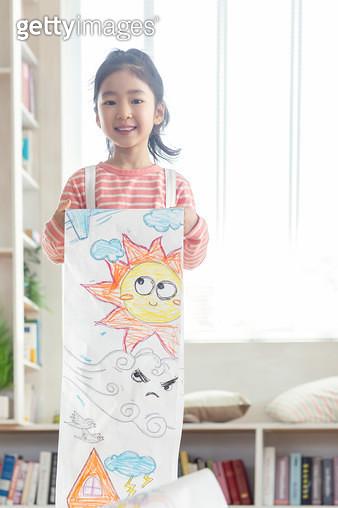 그림을 들고 있는 여자 어린이 - gettyimageskorea