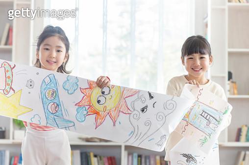 그림을 들고 있는 여자 어린이들 - gettyimageskorea
