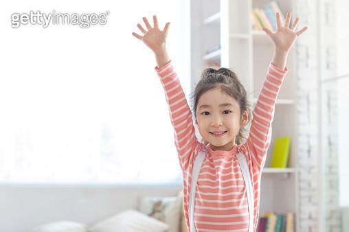 만세 하는 여자 어린이 - gettyimageskorea