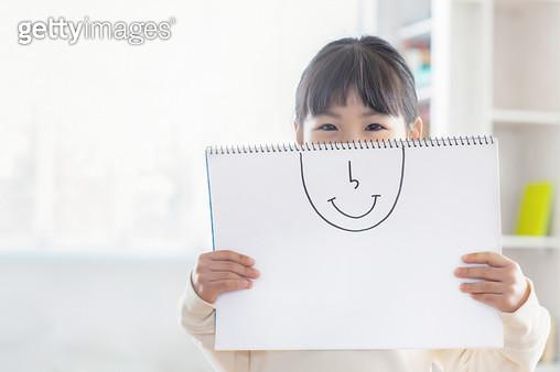 얼굴 그림 들고있는 여자 어린이 - gettyimageskorea