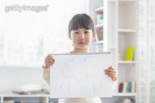 비 구름 그림 들고 있는 여자 어린이 - gettyimageskorea