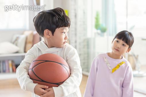 공을 뺏긴 여자 어린이 - gettyimageskorea