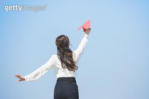 한강공원 종이비행기를 날리는 여성 회사원 - gettyimageskorea
