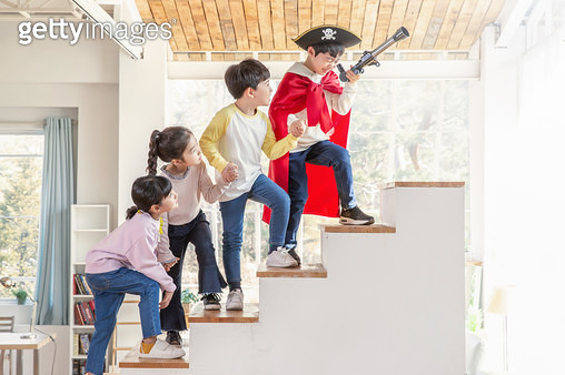 계단을 올라가는 어린이들 - gettyimageskorea