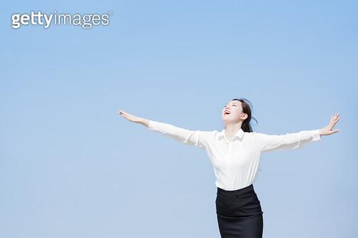 양팔을 펼친 여성 회사원 - gettyimageskorea