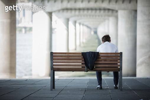 한강 벤치에 앉은 남성 회사원 뒷모습 - gettyimageskorea