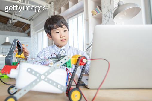 코딩놀이를 하는 어린이 - gettyimageskorea