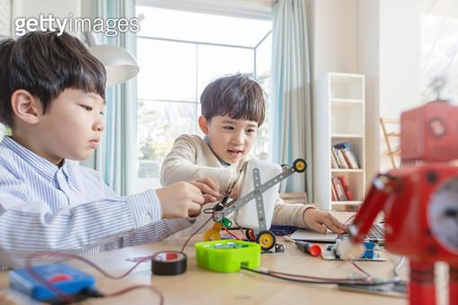 코딩놀이를 하는 어린이들 - gettyimageskorea
