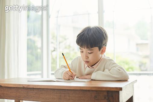 혼자 공부하는 아이 - gettyimageskorea