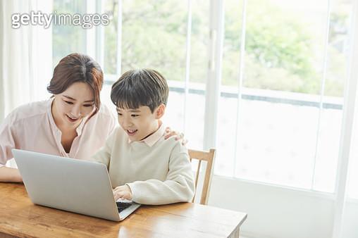 엄마랑 공부하는 아이 - gettyimageskorea