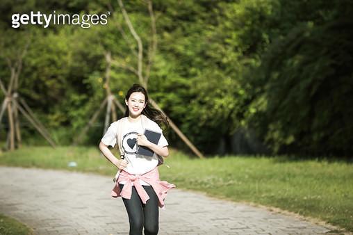 한강공원 뛰어가는 여성 학생 - gettyimageskorea