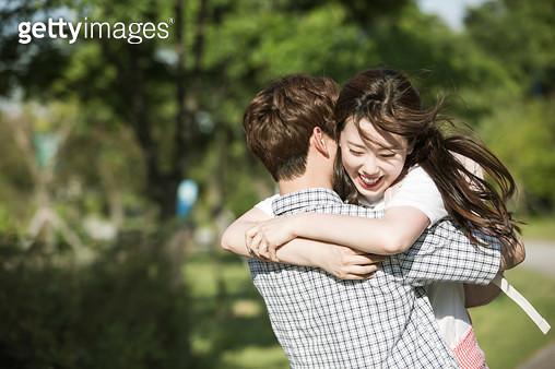 한강공원 포옹하는 커플 - gettyimageskorea