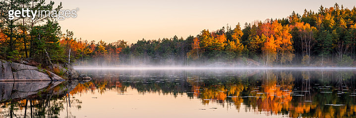 Swedish lake in autumn colors. Early morning lake with a little fog or mist still left. - gettyimageskorea