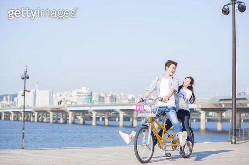 한강공원 자전거를 타는 학생 커플 - gettyimageskorea