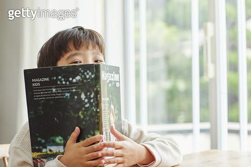 책을 들고 있는 아이 - gettyimageskorea