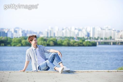 한강공원 앉아있는 남성 학생 - gettyimageskorea