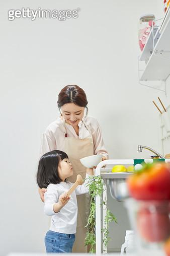 엄마와 요리하는 아이 - gettyimageskorea