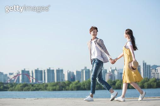 한강공원 학생 커플 데이트 - gettyimageskorea