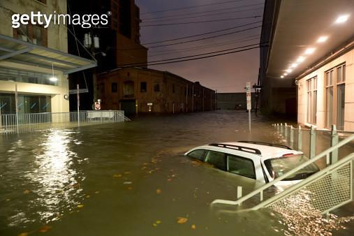 Flooded Car on an Urban Street - gettyimageskorea