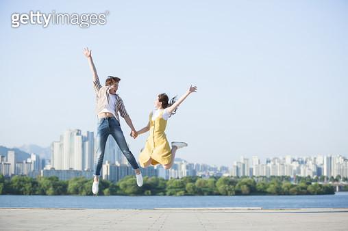 한강공원 학생 커플 점프 - gettyimageskorea