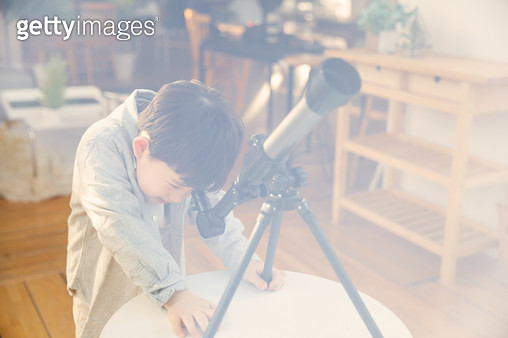 망원경을 보는 남자 어린이 - gettyimageskorea