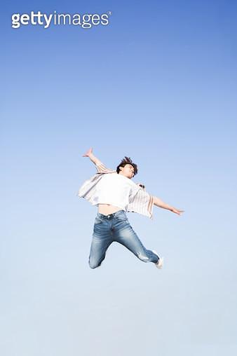 한강공원 남성 학생 점프 - gettyimageskorea