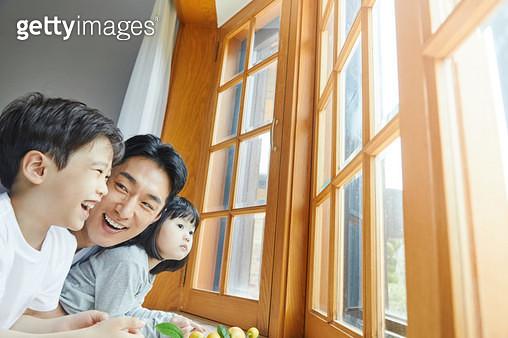 창밖을 보는 가족 - gettyimageskorea