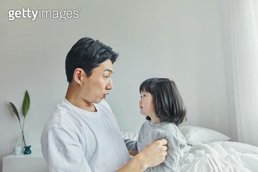 아빠와 장난치는 아이 - gettyimageskorea
