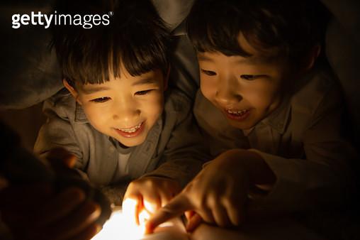 인디언텐트 안에 있는 어린이들 - gettyimageskorea