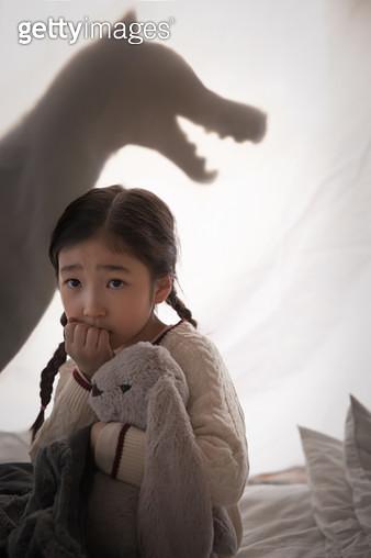 그림자 놀이 하는 여자 어린이 - gettyimageskorea
