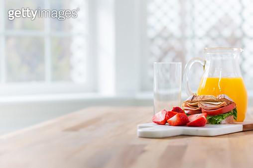 테이블 위에 있는 과일과 샌드위치 - gettyimageskorea