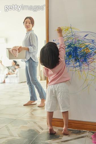 벽에 낙서 하는 아이 - gettyimageskorea