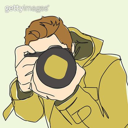카메라를 움크린채 촬영하는 남자 모습 - gettyimageskorea
