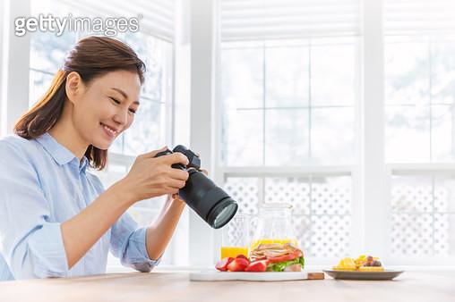 카메라로 과일과 샌드위치를 촬영하고 있는 여성 - gettyimageskorea