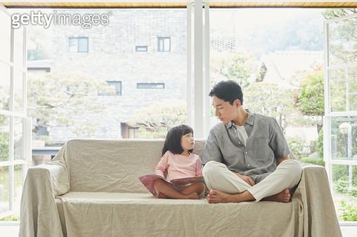 쇼파에 앉아있는 아빠와 딸 - gettyimageskorea