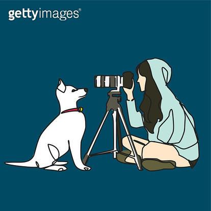 강아지와 마주보고 강아지를 촬영하는 여자 옆모습 - gettyimageskorea