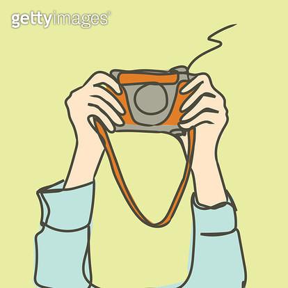 두손으로 카메라를 번쩍 들고 있는 모습 - gettyimageskorea
