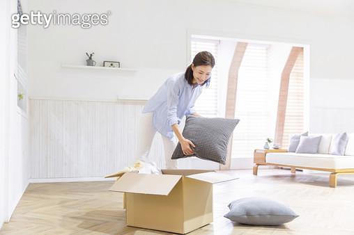 박스 안에 짐을 정리하는 여성 - gettyimageskorea