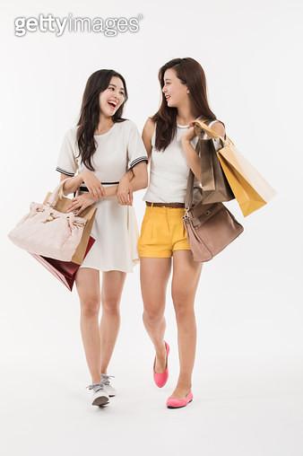 친구와 쇼핑백을 들고 있는 여자 - gettyimageskorea