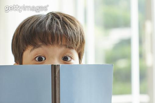 책을 들고있는 아이 - gettyimageskorea