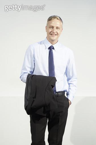 정장 자켓을 팔에 걸고 서있는 비즈니스맨 - gettyimageskorea