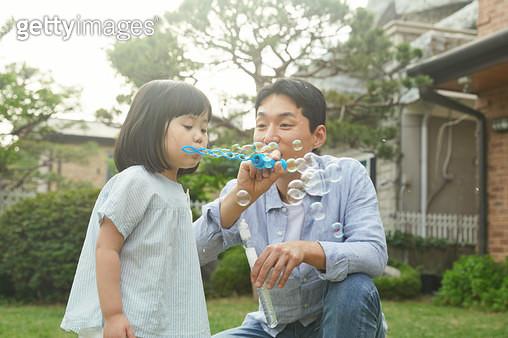 비누방울을 불고 있는 가족 - gettyimageskorea